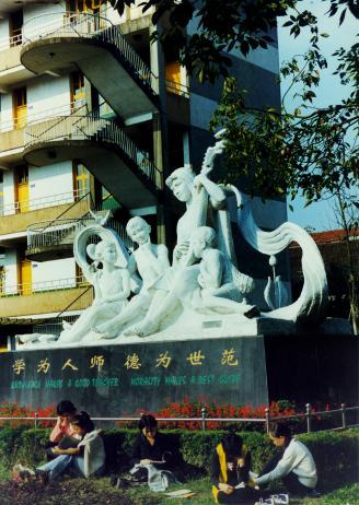 雕塑前的学生.jpg