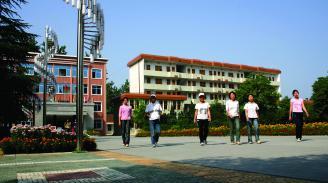 16  校道学生走一排.jpg