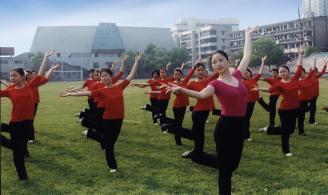 16 金庆龄和学生在操坪跳舞.jpg