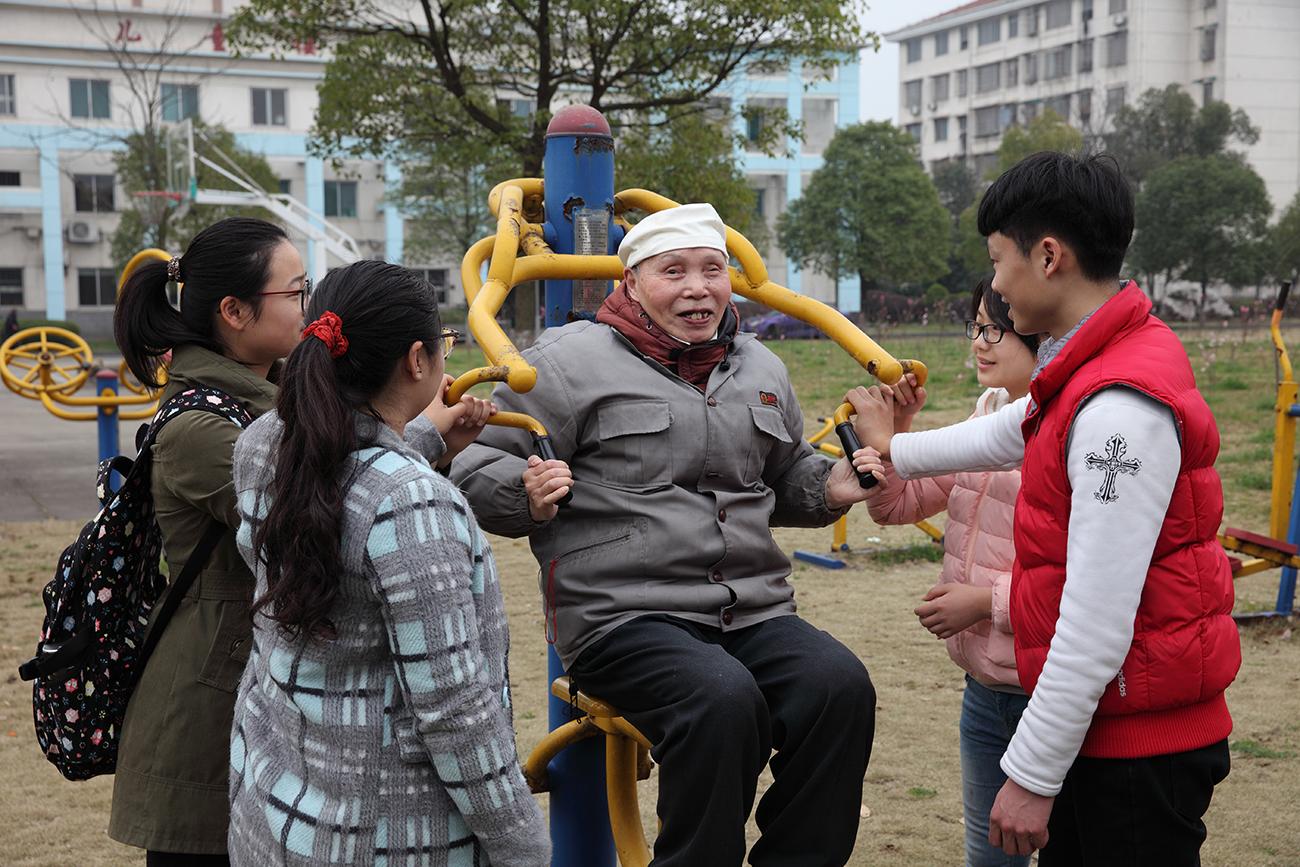 """湖南幼专""""雷锋班""""接力照顾失明老人11年100个孩子做他的眼"""