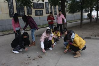 """2011年3月7日,我校初教0703班和初教0708班部分同学组成的青年志愿者小分队,在常德诗墙公园进行""""爱护母亲河——垃圾清捡""""活动。.JPG"""