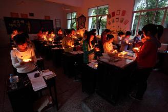 """2011年5月11日晚7点,师范部各班都举办了以""""学习应急知识,提高应急技能""""为主题的班会。班会伊始,各班都组织全体同学肃立为""""5�12""""汶川地震中的死难同胞默哀,并播放了如何在地震中逃生的教育录影带"""