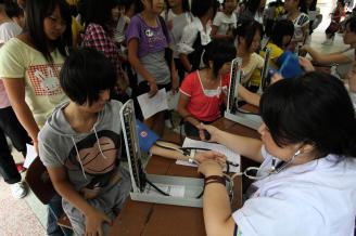 2011年8月23日,为及时掌握2011级新生入校的健康状况,学校教导科联合师范部、职教部和近20名医务人员,组织2011级近900名新生在大礼堂进行新生入学常规体检。体检内容包括:血常规,测量身高、
