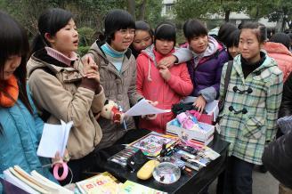 2011年12月27日,在我校外联部的组织下,师范部举行了跳蚤市场购物活动。此次活动带动了学校学生的节俭风气,得到了全体师生的好评。.JPG