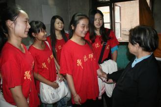 2011年9月9日下午,由职教部鲁道辉老师带队,职教部近10名团员学生干部组成的青年志愿者小分队,前往富强社区为孤寡老人李奶奶和老党员张爷爷送去中秋的祝福。志愿者们带着月饼,代表全校学生给他们送去温暖