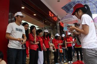 """2011年6月3日上午,我校50多名青年志愿者在步行街参加由团市委、市消协、市环保志愿者协会组织联合主办的以""""倡导绿色消费,建幸福家园""""为主题的""""跳蚤市场""""活动。我校志愿者拿来自己的闲置物品,参考书、"""