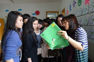 2011年4月22日,我校幼师09级部分学生受市一幼儿园穆园长邀请参加幼儿园家长接待日活动。同学们在穆园长带领下参观了幼儿园,并观摩了幼儿园老师精心准备的示范课。.JPG