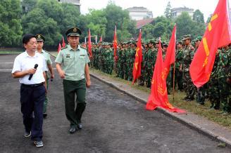 2011年9月2日上午9时30分,我校2011级900余名新生身着军装,排成整齐的队列,聚集在大操场上,准备随时接受军训检阅。.JPG