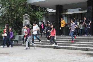 2011年5月12日,为纪念5.12汶川大地震3周年,提高全校师生的减灾应急意识,我校按预先制定的《地震避险和紧急疏散演练方案》进行了应急疏散演练。.JPG