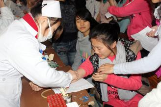 2011年11月23日上午,学校教导科组织全校近千名老生在大礼堂进行了一年一度的身体健康常规检查。来自常德职业技术学院附属医院的20多名医护人员对学生进行了抽血化验,测量身高、体重、血压、肺活量、视力