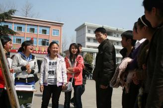 2011年3月8日中午,一场别开生面的社团招募活动在主校道举办。在活动现场,学校副校长骆绍华、团委书记刘军亲临现场指导,并给予他们很多宝贵的意见和建议。.JPG