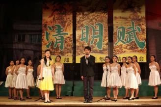 """2011年4月7日晚,在校大礼堂举行了一场以""""清明赋""""为主题的清明诗会,此次活动意在弘扬中华诗歌文化,缅怀故人。.JPG"""