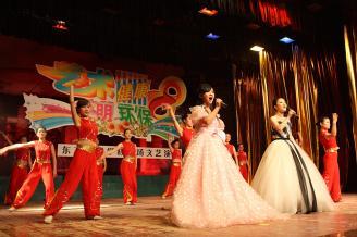 2011年5月30日晚,常德东方艺校专场演出在常德师范学校大礼堂隆重举行。此次演出共有16个节目参演,东方艺校的舞蹈班、钢琴班、声乐班、英语班一一亮相。文艺汇演融合了舞蹈、声乐、乐器、朗诵等多种表演形