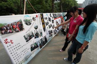 2011年5月24日,50多幅师生宏村写生作品在学校主校道展出,吸引了许多同学前来观摩,作品联展大放异彩。.JPG