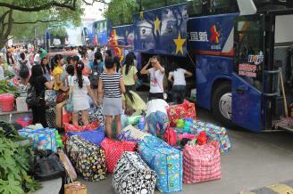 2012.06.18上午,300多名桃源校区学生乘坐7台大巴车从桃源校区出发,驶往常德校区。按照学校统一安排,桃源校区的学生从下学期开始将在常德校区学习、生活。.JPG