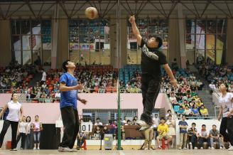 2012.05.17晚,一阵阵欢呼声从学校体育馆传来,一场激烈的师生篮排球赛正在那里隆重举行。.JPG