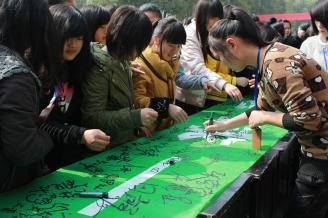 """2012.03.31上午9点,""""地球一小时""""的环保倡议和签名活动在常德师范学校主校道举行。来自幼师11级六个班的同学参与了此次活动。.JPG"""
