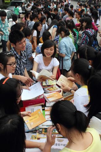 2012.05.28,学校主校道上出现了一道亮丽的风景线,2012年跳蚤市场活动开始啦。.JPG