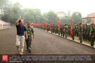 8月30日上午,我校2013级新生军训校阅仪式及总结表彰大会在学校田径运动场隆重举行。.JPG