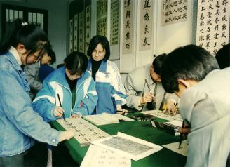 004.书写规范汉字是师范类学生必备技能,书法社团是师范学校的特色。.jpg