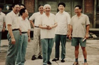 """001.1987年,国家教委党组书记、副主任何东昌来校视察,并为本校题词:""""人才的基础在小学,小学的质量在师范""""。.jpg"""