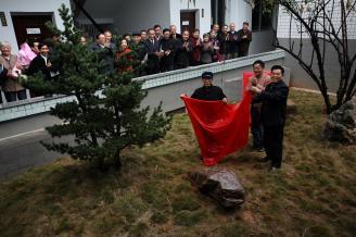 003.2008年,中师一、二班的老校友在阔别52年的母校常师,植树立石为念。.JPG