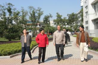 006.2004年,省教育厅副厅长朱俊杰、副市长张元英来校视察。.jpg