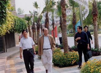 005.2004年,省教育厅副厅长王键、杨定忠视察我校。.jpg