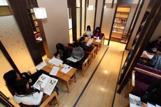001.近年,学校改善了图书馆、阅览室的条件,营造一个良好的读书、学习环境。.jpg