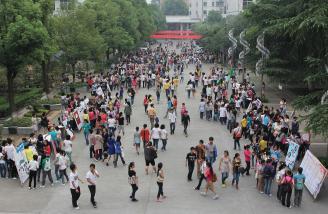 001.学校学生社团发展迅速、活动开展如火如荼。图为2012年下学期学生社团报名现场。.JPG