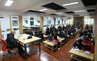 """005.自书香校园活动启动以来,学校组织了10余场文学艺术专题讲座。图为2011年副校长骆绍华""""诗意的栖居""""讲座现场。.jpg"""