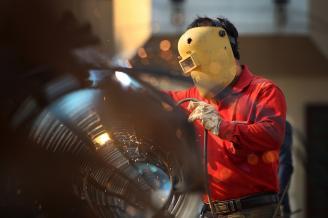 【焊接】在武陵阁地下停车场的施工现场,一名焊接工人正在焊接停车场立柱的钢架。在三改四化的城市改造中,正是因为这些劳动者,让我们的城市面貌更加美好。.JPG