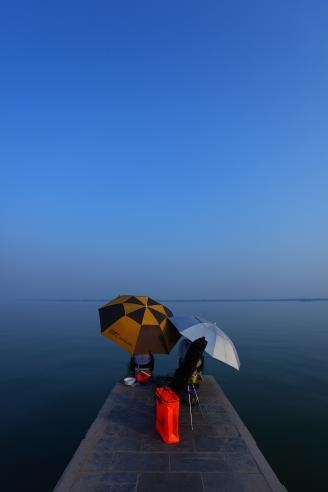 《蓝天下的垂钓客》每天,柳叶湖边都会有这样的垂钓客。对于垂钓者来说,撑上小伞,手把鱼竿,坐在湖边享受他们不一样的乐趣。.JPG