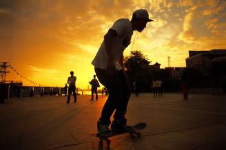 《滑板少年》夕阳下,滑板少年在卖力的练习滑板技巧。少年的动作在夕阳的映衬下,显得如此优美。每一门熟练的技艺背后都是辛勤和汗水,其实摄影也是一样。.JPG