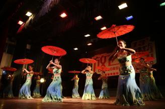 【傣族舞】学校的舞台照片我拍过不少,很多角度我都进行过尝试。傣族舞红色纸扇让作品的色彩更加丰富,演员们的动作恰到好处。.JPG