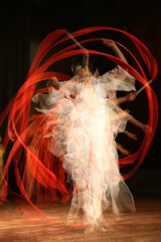 【舞者】舞台摄影中,使用多重曝光我还是第一次。红丝带在舞者手中,通过优美的舞蹈动作,画出美丽的弧线。利用多重曝光,让舞者的每一个动作,在画面中定格。.JPG