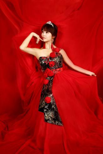 【红】室内时尚人像拍摄远比我想象的要难,灯光的布置,模特的造型,服装的设计等等让我手忙脚乱。在老师的指导下,最终我拍摄完成了这幅红色主题的时尚人像作品。.JPG