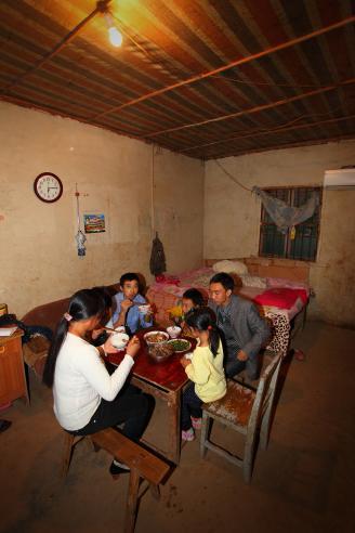 【重庆窑工】06洗完澡,穿上干净衣服,一家人围在一起吃晚饭。晚饭是中午就做好的,为了节约时间,他们每天中午就做好一天的饭菜。.JPG