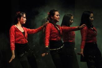 【魅影】舞台摄影中较难控制的就是色彩,因为舞台的灯光总是千变万化的。这是一只带有神秘感的舞蹈。在舞台灯光的照射下,绿色的烟雾和红色服装的舞者让画面充满了神秘色彩。.JPG