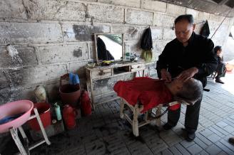 【剃头匠】03南师傅每次剃头都会免费为客人刮胡须。他刮胡须速度快,并且非常干净。.JPG