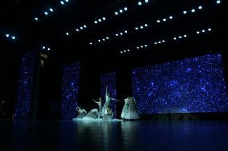 【讴歌】舞蹈,就是用肢体的语言向观众表达情感的一种艺术。肢体,才是最原始的语言。拍摄现代舞,需要将舞者的肢体语言融汇到舞台环境中,来表现舞蹈的真实情感。.JPG