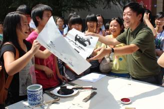 《师生浓情》这是一次师生书法联袂活动。郭校长双手送上他亲手为学生书写的节日的祝福,这让同学们感受到了郭校长的亲切与自然。我用手中的相机记录下了这温暖的瞬间。.JPG