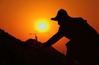 《夕阳下的捡石者》剪影人物的拍摄,要求剪影的形状清晰明了,能够清晰刻画人物当时的状态。这幅夕阳下人物的剪影作品,刻画出了劳动的光荣和劳动者的伟大。.JPG