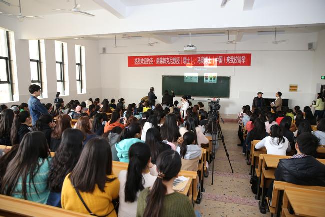 大课堂上,学生认真的听教授授课.JPG