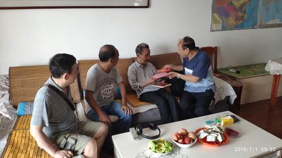 1、2019年7月1日,离退休第二支部慰问89岁的胡正谱同志(左3)